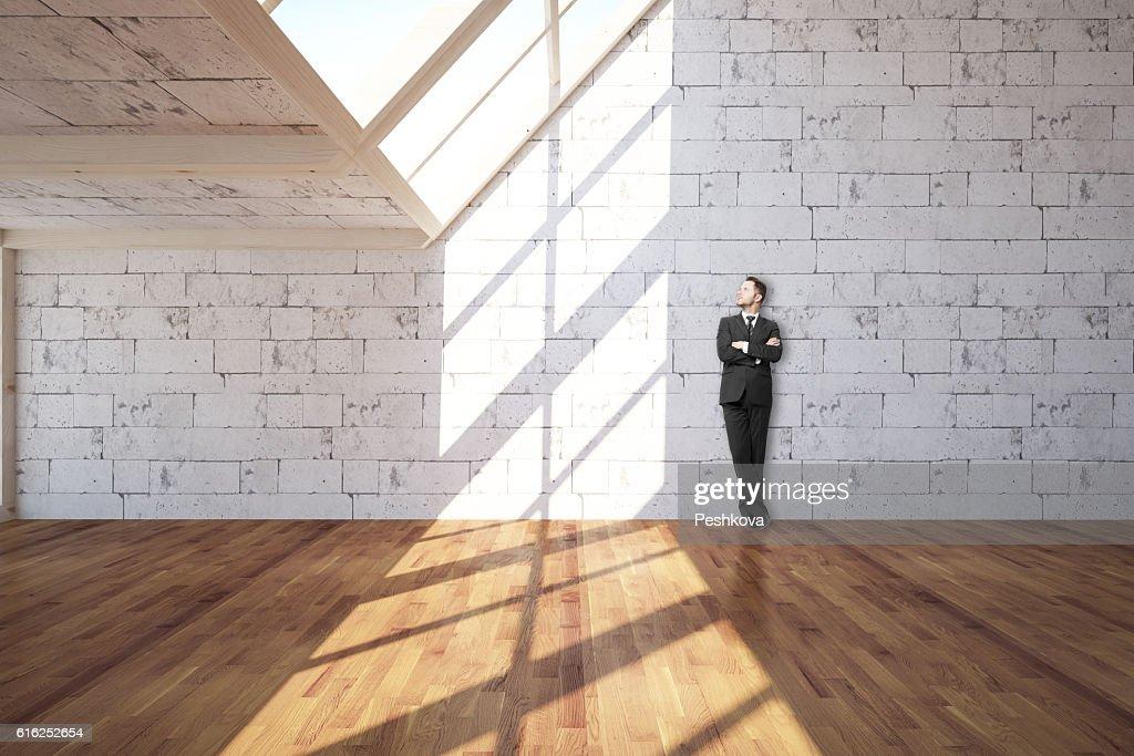 Youong man in interior : Foto de stock