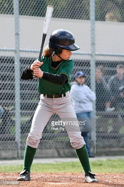Chica con liga juvenil del Bat