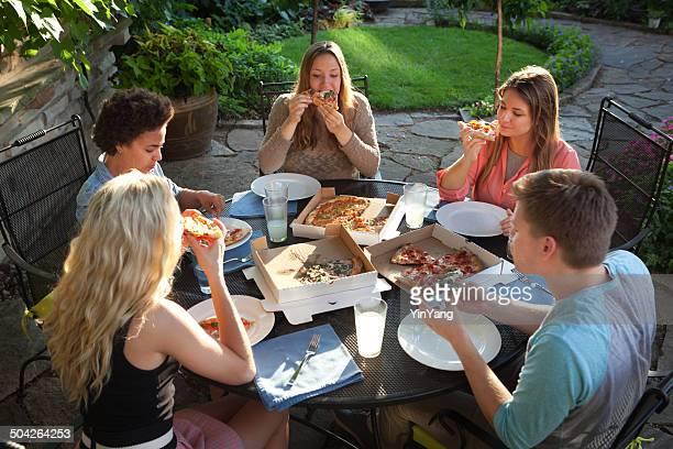 若者屋外パーティ「バックヤード」ピザ