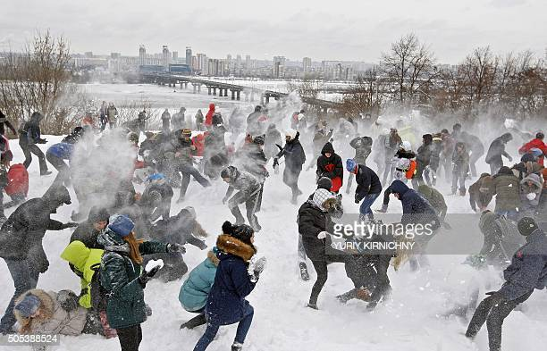 Youth take part in a snow battle in Kiev on January 17 2016 / AFP / YURIY KIRNICHNY