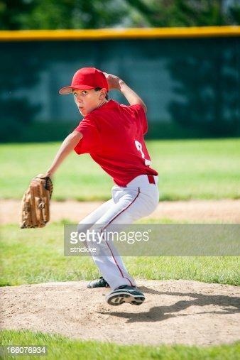 Jeune homme Joueur de Baseball-Lanceur yeux caméra liquidation sur Moung