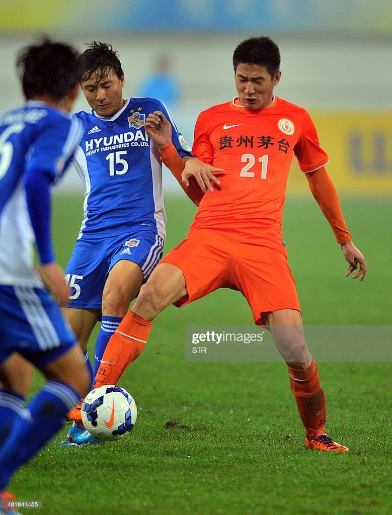 Yu Hai (R) of China's Guizhou Renhe tussles for the ball against Baek Ji-hoon of South Korea's Ulsan Hyundai during their AFC Champions League group H first round match at the Guiyang Olympic Centre Stadium, in Guiyang, Guizhou province on April 1, 2014. Renhe beat Ulsan 3-1. CHINA