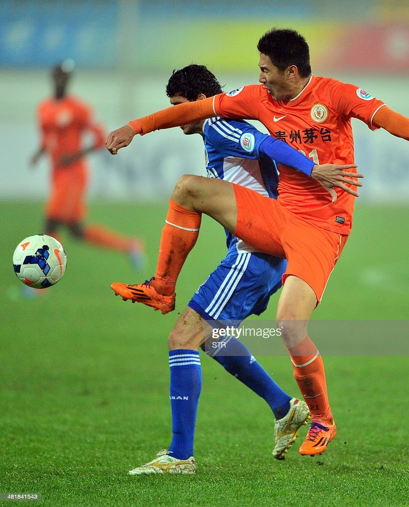 Yu Hai (R) of China's Guizhou Renhe tussles for the ball against Caique of South Korea's Ulsan Hyundai during their AFC Champions League group H first round match at the Guiyang Olympic Centre Stadium, in Guiyang, Guizhou province on April 1, 2014. Renhe beat Ulsan 3-1. CHINA
