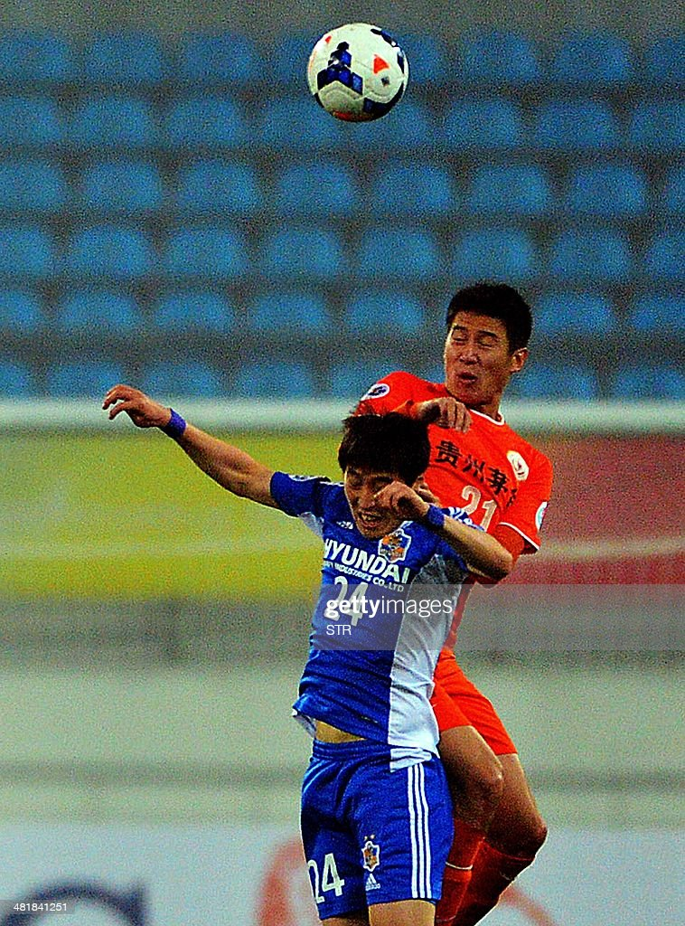Yu Hai (R) of China's Guizhou Renhe tussles for the ball against Kim Yong-tae of South Korea's Ulsan Hyundai during their AFC Champions League group H first round match at the Guiyang Olympic Centre Stadium, in Guiyang, Guizhou province on April 1, 2014. Renhe beat Ulsan 3-1. CHINA