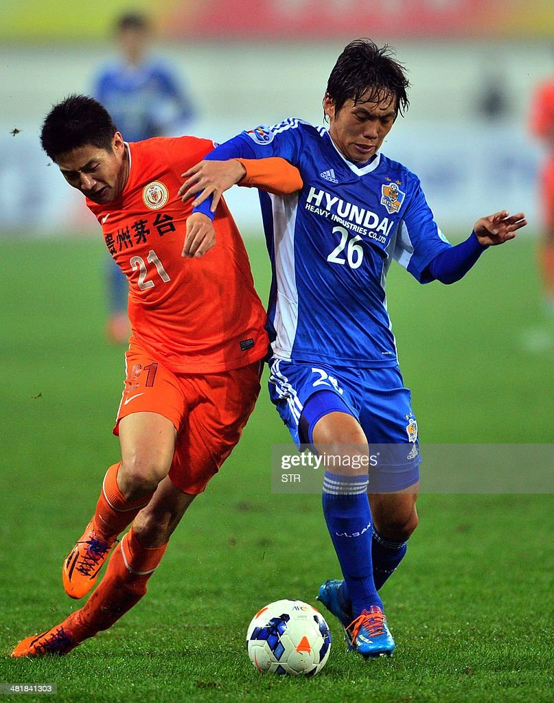 Yu Hai (L) of China's Guizhou Renhe tussles for the ball against Lee Myunag-jae of South Korea's Ulsan Hyundai during their AFC Champions League group H first round match at the Guiyang Olympic Centre Stadium, in Guiyang, Guizhou province on April 1, 2014. Renhe beat Ulsan 3-1. CHINA