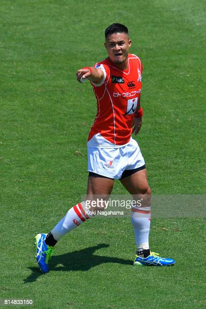 Yu Tamura of Sunwolves gestures to his teammates during the Super Rugby match between the Sunwolves and the Blues at Prince Chichibu Stadium on July...