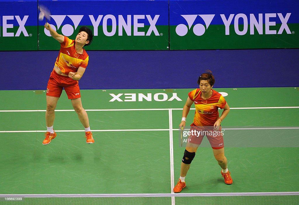 Yu Yang (L) and Wang Xiaoli (R) of China compete against Shizuka Matsuo and Mami Naito of Japan during their women's doubles semi-final match at the Hong Kong Open badminton tournament on November 24, 2012. AFP PHOTO / Dale de la Rey