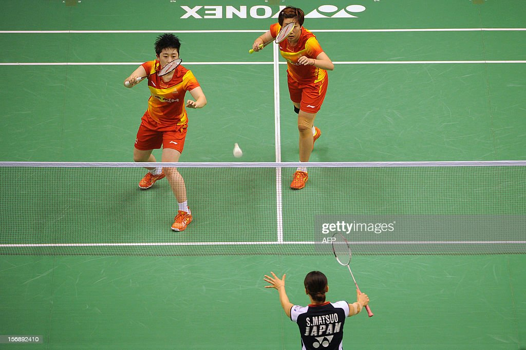 Yu Yang (L) and Wang Xiaoli (R) of China compete against Shizuka Matsuo (lower) and Mami Naito of Japan during their women's doubles semi-final match at the Hong Kong Open badminton tournament on November 24, 2012. AFP PHOTO / Dale de la Rey