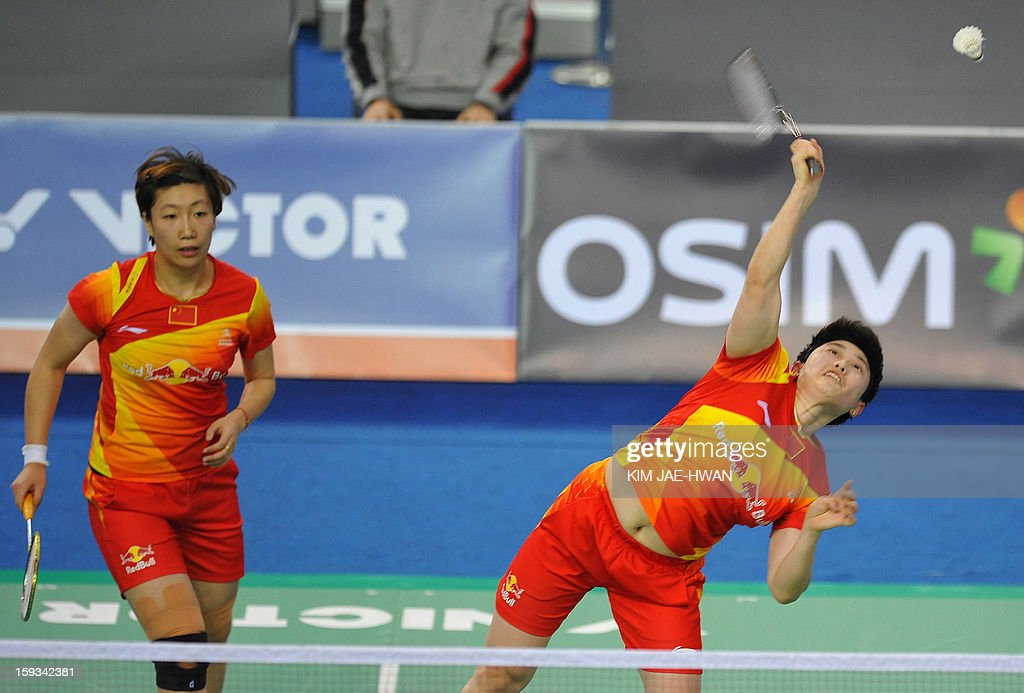 Yu Yang (R) and Wang Xiaoli of China play a shot during their women's doubles badminton match against Kim Ha Na and Jung Kyung Eun of South Korea during the semi-finals of the Korea Open at Seoul on January 12, 2013. Yu Yang and Wang Xiaoli won the match 21-16, 21-11. AFP PHOTO / KIM JAE-HWAN