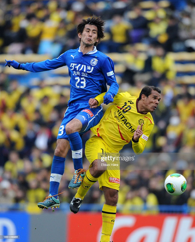 Yu Yasukawa of Oita Trinita and <a gi-track='captionPersonalityLinkClicked' href=/galleries/search?phrase=Leandro+Domingues&family=editorial&specificpeople=5957600 ng-click='$event.stopPropagation()'>Leandro Domingues</a> of Kashiwa Reysol compete for the ball during the J.League match between Kashiwa Reysol and Oita Trinita at Hitachi Kashiwa Soccer Stadium on March 30, 2013 in Kashiwa, Chiba, Japan.