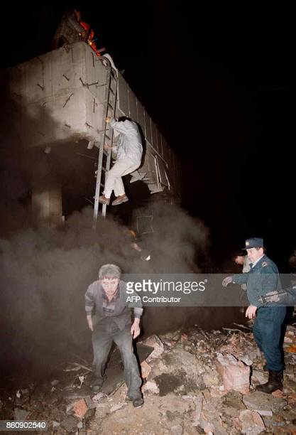 Yugoslavian rescue workers show the way as Chinese nationals flee the Chinese embassy and escape the fire through a thick cloud of smoke early 08 May...