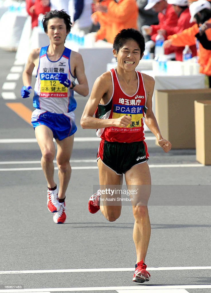 Yuki Kawauchi (R) takes a lead to <a gi-track='captionPersonalityLinkClicked' href=/galleries/search?phrase=Kentaro+Nakamoto&family=editorial&specificpeople=8194114 ng-click='$event.stopPropagation()'>Kentaro Nakamoto</a> at 41 kilometer point in the 62nd Beppu-Oita Mainichi Marathon on February 3, 2013 in Oita, Japan.