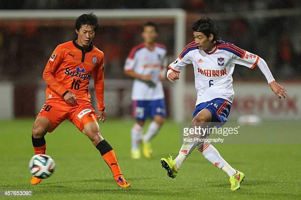 Yuki Kobayashi of Albirex Niigata and Mitsunari Musaka of Shimizu SPulse compete for the ball during the JLeague match between Shimizu SPulse and...