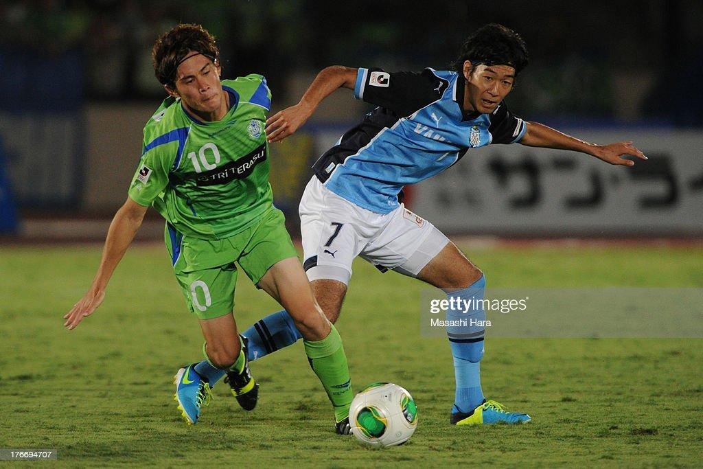 Yuki Kobayashi #7 of Jubilo Iwata (R) and Daisuke Kikuchi #10 of Shonan Bellmare compete for the ball during the J.League match between Shonan Bellmare and Jubilo Iwata at BMW Stadium Hiratsuka on August 17, 2013 in Hiratsuka, Kanagawa, Japan.