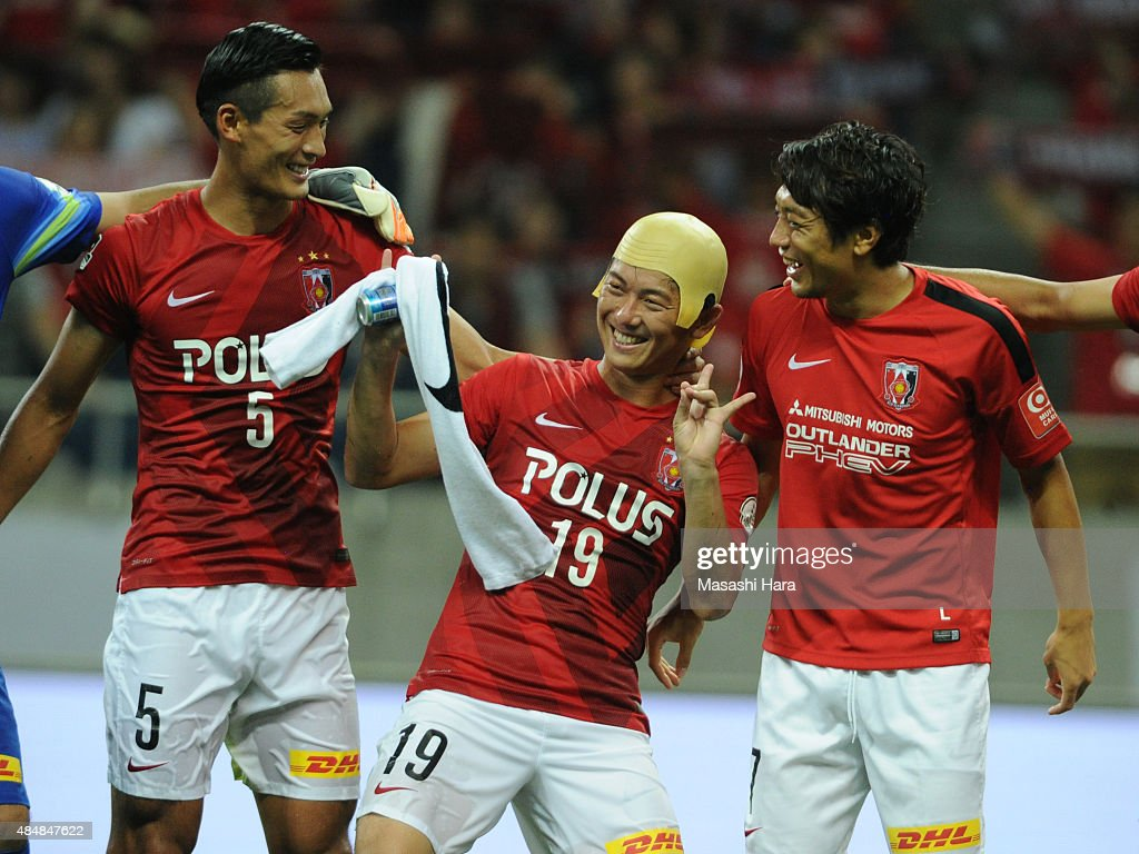 <a gi-track='captionPersonalityLinkClicked' href=/galleries/search?phrase=Yuki+Muto&family=editorial&specificpeople=9048847 ng-click='$event.stopPropagation()'>Yuki Muto</a> of Urawa Reds (2L) celebrates the win after the J.League match between Urawa Red Diamonds and Vegalta Sendai at Saitama Stadium on August 22, 2015 in Saitama, Japan.