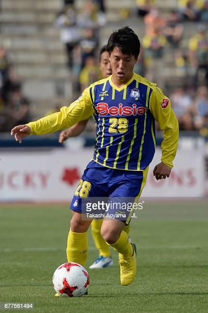 Yuki Okaniwa of Thespa Kusatsu Gunma in action during the JLeague J2 match between Thespa Kusatsu Gunma and FC Gifu at Shoda Shoyu Stadium on May 3...