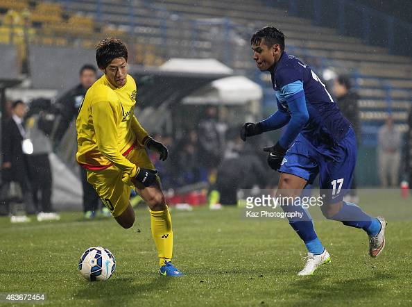 Yuki Otsu of Kashiwa Reysol and Leandro Assumpcao Da Silva of Chonburi compete for the ball during the AFC Champions League playoff match between...