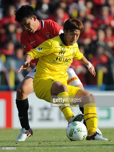 Yuki Otsu of Kashiwa Reysol and Wataru Endo of Urawa Red Diamonds compete for the ball during the JLeague 2016 match between Kashiwa Reysol and Urawa...