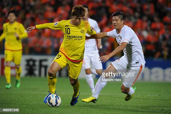 Yuki Otsu of Kashiwa Reysol and Zhao Mingjian of Shandong Luneng FC compete for the ball during the AFC Champions League Group E match between...