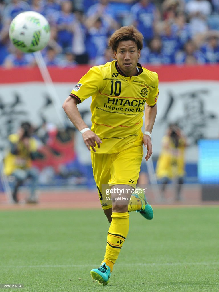 <a gi-track='captionPersonalityLinkClicked' href=/galleries/search?phrase=Yuki+Otsu&family=editorial&specificpeople=7538227 ng-click='$event.stopPropagation()'>Yuki Otsu</a> #10 of Kashiwa Reysol in action during the J.League match between Yokohama F.Marinos and Kashiwa Reysol at the Nissan Stadium on May 29, 2016 in Yokohama, Kanagawa, Japan.