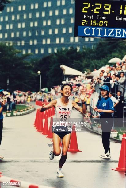 Yuko Arimori crosses the finish line to win the Hokkaido Marathon at Nakajima Park on August 27 1995 in Sapporo Hokkaido Japan