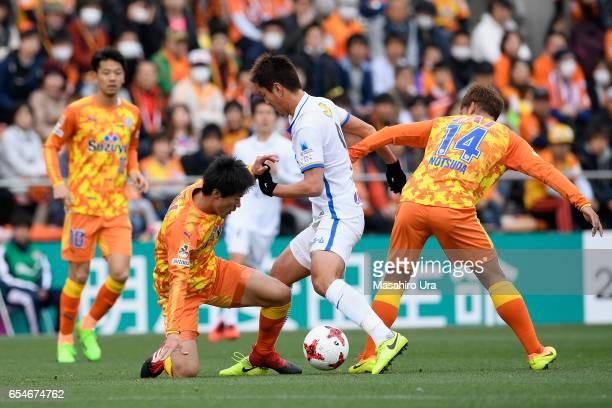 Yuma Suzuki of Kashima Antlers controls the ball under pressure of Mitsunari Musaka and Gakuto Notsuda of Shimizu SPulse during the JLeague J1 match...