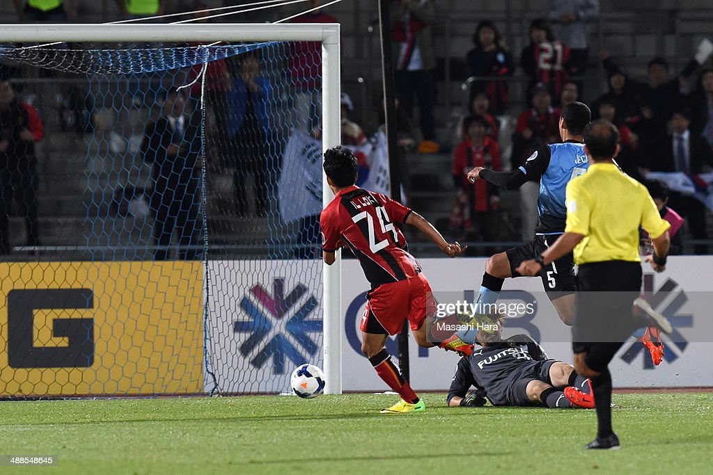 Yun Illok #24 of FC Seoul scores the third goal during the AFC Champions League Round of 16 match between Kawasaki Frontale and FC Seoul at Todoroki Stadium on May 7, 2014 in Kawasaki, Japan.