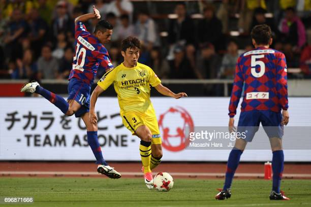 Yun Suk Young of Kashiwa Reysol and Dudu of Ventforet Kofu compete for the ball during the JLeague J1 match between Ventforet Kofu and Kashiwa Reysol...