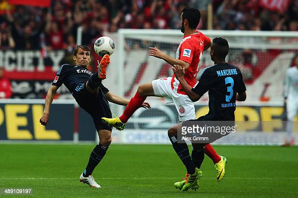 Yunus Malli of Mainz is challenged by Robert Tesche and Michael Mancienne of Hamburg during the Bundesliga match between 1 FSV Mainz 05 and Hamburger...