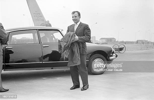 Yuri Gagarine At The 26th Bourget Paris Air Show Bourget 10 juin 1965 Visite de Youri GAGARINE au 26e Salon de l'aéronautique du Bourget à côté d'une...