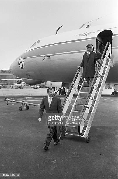 Yuri Gagarine At The 26th Bourget Paris Air Show Bourget 10 juin 1965 Visite de Youri GAGARINE au 26e Salon de l'aéronautique du Bourget descendant...