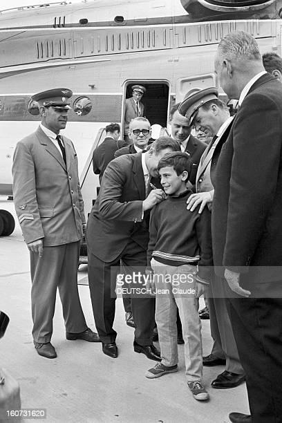 Yuri Gagarine At The 26th Bourget Paris Air Show Bourget 10 juin 1965 Visite de Youri GAGARINE au 26e Salon de l'aéronautique du Bourget signant des...