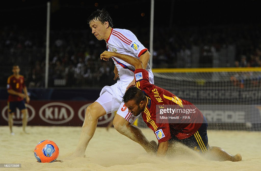 Yury Krasheninnikov of Russia challenges Fran Mejias of Spain during the FIFA Beach Soccer World Cup Tahiti 2013 Final between Spain and Russia at the Tahua To'ata Stadium on September 28, 2013 in Papeete, French Polynesia.