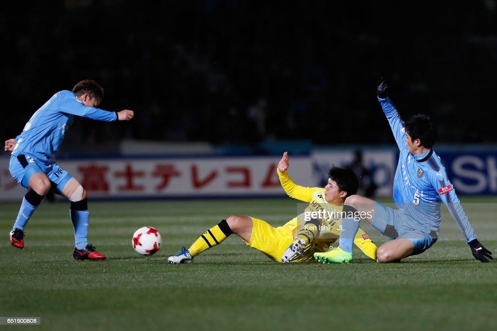 Yusuke Kobayashi (C) of Kashiwa Reysol competes for the ball against Kyohei Noborizato (L) and Shogo Taniguchi (R) of Kawasaki Frontale during the J.League J1 match between Kawasaki Frontale and Kashiwa Reysol at Todoroki Stadium on March 10, 2017 in Kawasaki, Kanagawa, Japan.