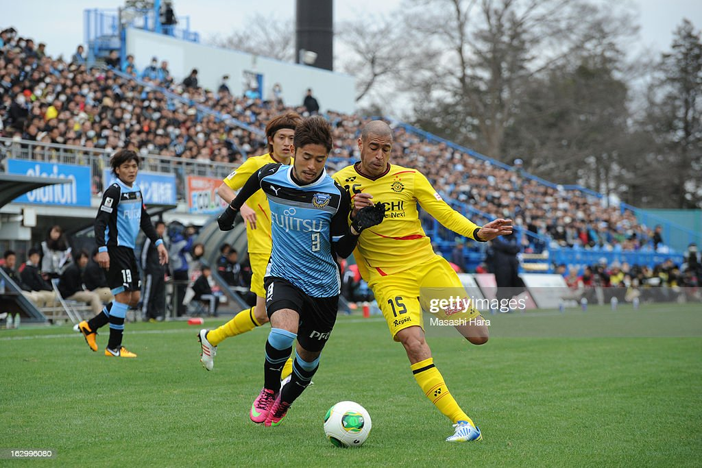 Yusuke Tanaka #3 of Kawasaki Frontale (L) and Jorge Wagner #15 of Kashiwa Reysol compete for the ball during the J.League match between Kashiwa Reysol and Kawasaki Frontale at Hitachi Kashiwa Soccer Stadium on March 3, 2013 in Kashiwa, Japan.
