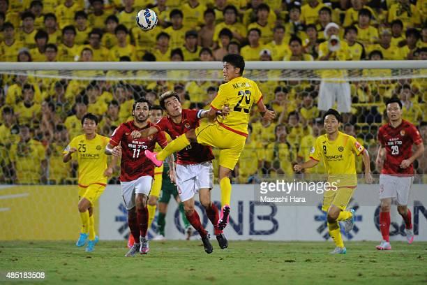 Yuta Nakayama of Kashiwa Reysol and Zheng Zhi of Guangzhou Evergrande compete for the ball during the AFC Champions League quarter final match...