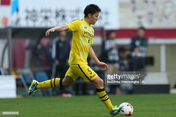 Yuta Nakayama of Kashiwa Reysol in action during the JLeague J1 match between Vissel Kobe and Kashiwa Reysol at Noevir Stadium Kobe on April 16 2017...