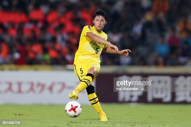 Yuta Nakayama of Kashiwa Reysol in action during the JLeague J1 match between Shimizu SPulse and Kashiwa Reysol at IAI Stadium Nihondaira on August...
