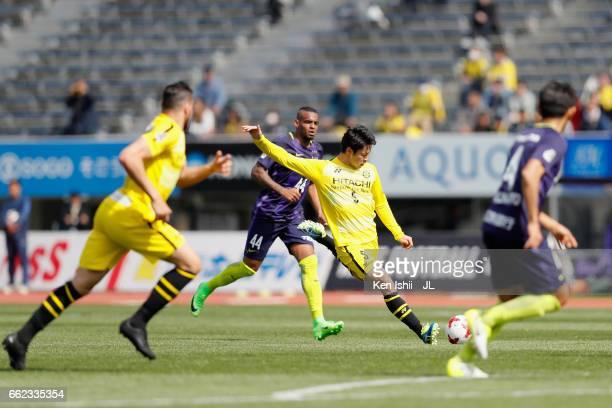 Yuta Nakayama of Kashiwa Reysol shoots at goal during the JLeague J1 match between Sanfrecce Hiroshima and Kashiwa Reysol at Edion Stadium Hiroshima...