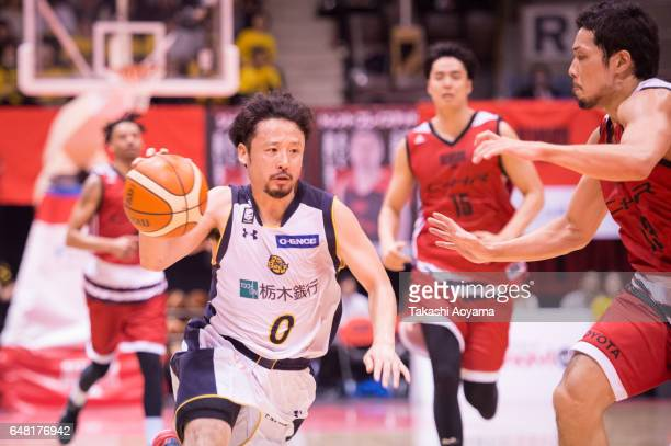 Yuta Tabuse of the Tochigi Brex drives to the basket during the B League game between Alvark Tokyo and Tochigi Brex at Yoyogi National Gymnasium on...