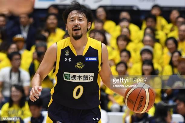 Yuta Tabuse of the Tochigi Brex yells instruction during the BLeague game between Tochigi Brex and Seahorses Mikawa at Brex Arena Utsunomiya on...