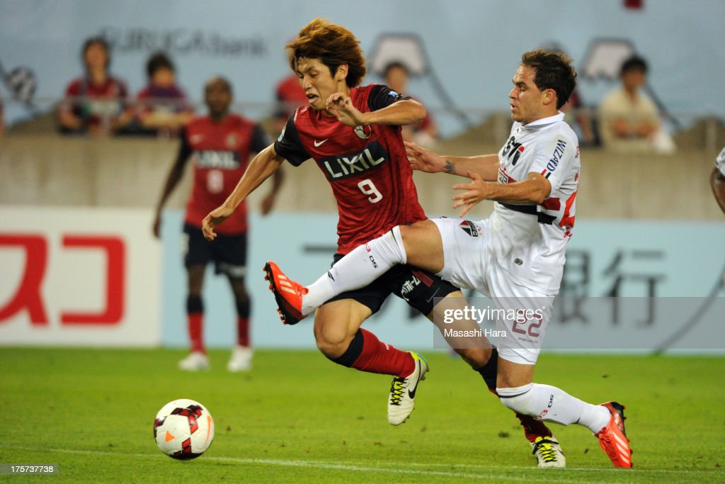 Yuya Osako #9 of Kashima Antlers competes for the ball with <a gi-track='captionPersonalityLinkClicked' href=/galleries/search?phrase=Silvinho&family=editorial&specificpeople=662324 ng-click='$event.stopPropagation()'>Silvinho</a> #22 of Sao Paulo FC during the Suruga Bank Championship match between Kashima Antlers and Sao Paulo FC at Kashima Soccer Stadium Stadium on August 7, 2013 in Kashima, Ibaraki, Japan.