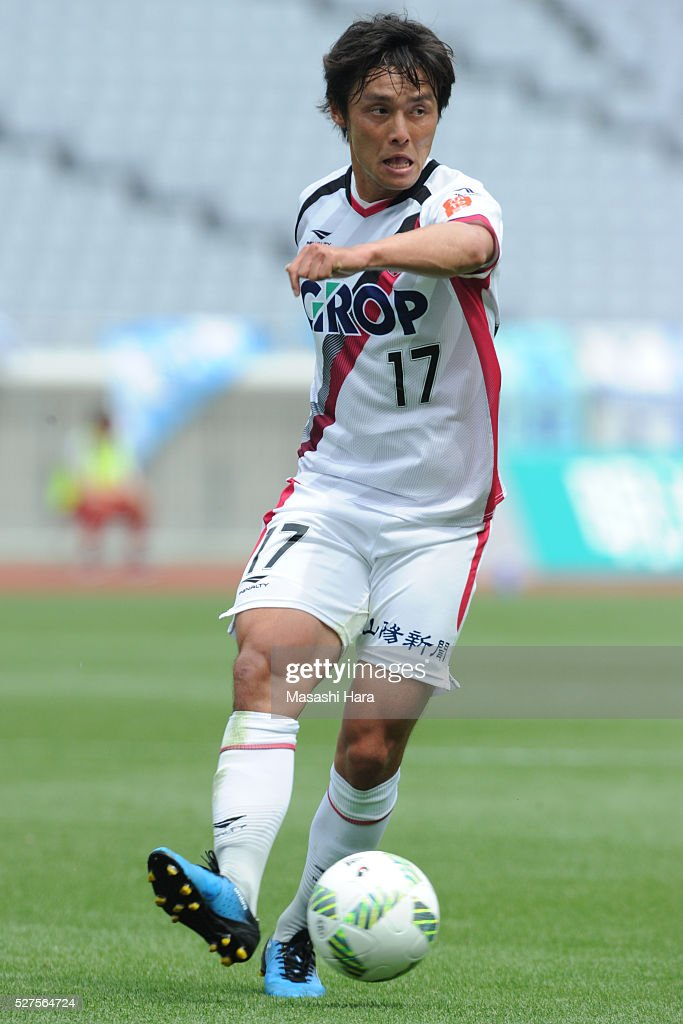 Yuzuru Shimada #17 of Fagiano Okayama in action during the J.League second division match between Yokohama FC and Fagiano Okayama at the Nissan Stadium on May 3, 2016 in Yokohama, Kanagawa, Japan.