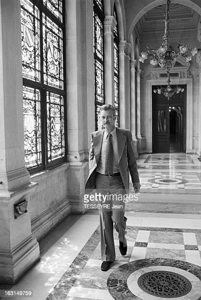 Yves Milhoud Chairman Of Paris Council Paris 17 Juin 1974 Yves MILHOUD Président du Conseil de Paris marchant dans un couloir décoré de marbre et de...