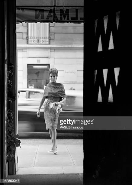 Winter 19611962 France Paris 26 juillet 1961 le grand couturier français Yves SaintLaurent présente quelques modèles de sa collection hiver 196162...