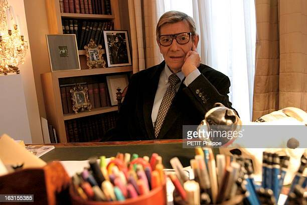 Avenue marceau stock photos and pictures getty images for Bureau yves saint laurent