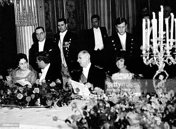 Yvonne de Gaulle le président américain John Fitzgerald Kennedy le président de la république Charles de Gaulle et Jacqueline Kennedy lors du dîner...