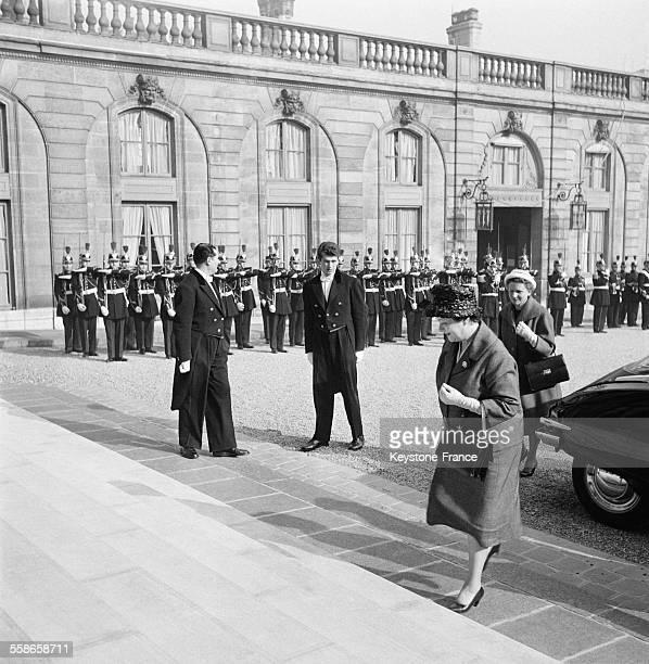 Yvonne de Gaulle rentrant au palais de l'Elysée à Paris France en 1960