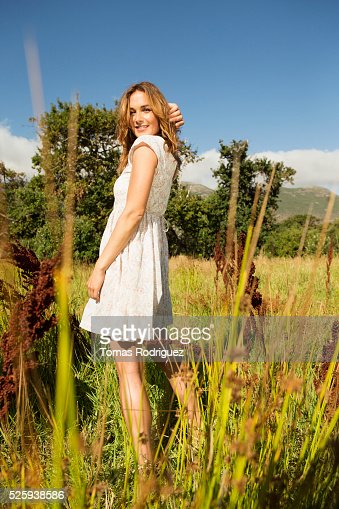 Yyoung woman among field at sunny day : Bildbanksbilder