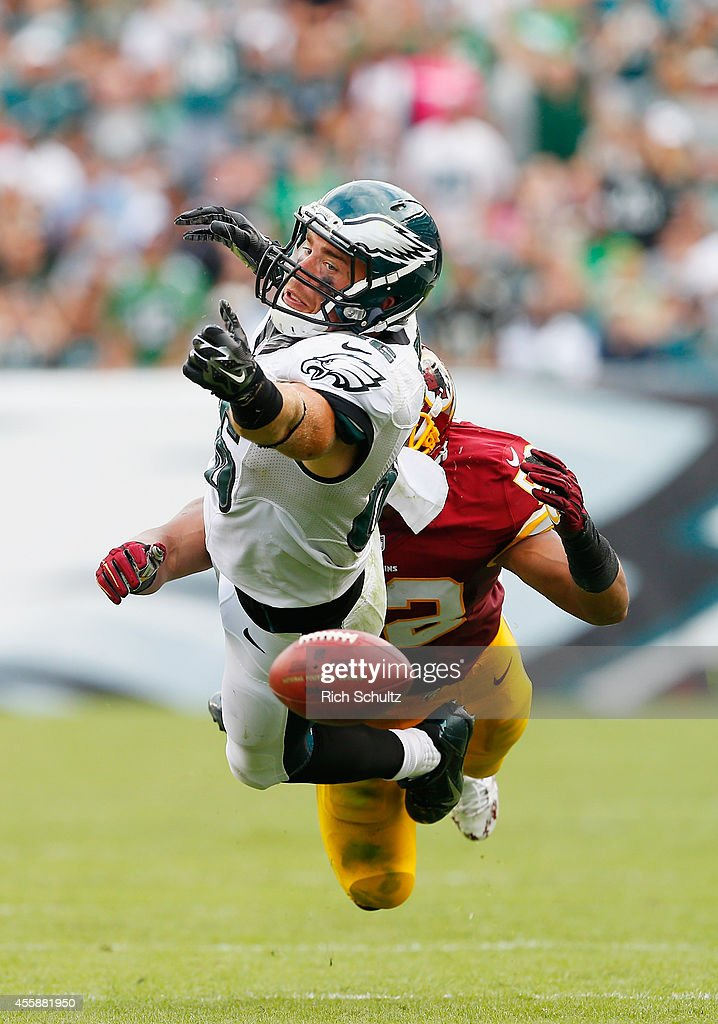 Zach Ertz #86 of the Philadelphia Eagles attempts to catch a pass against Keenan Robinson #52 of the Washington Redskins in the fourth quarter at Lincoln Financial Field on September 21, 2014 in Philadelphia, Pennsylvania.